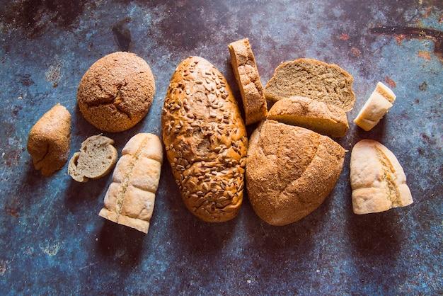 Vue de dessus assortiment de pain cuit au four