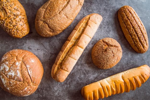 Vue de dessus de l'assortiment de pain fraîchement préparé