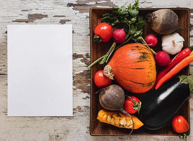 Vue de dessus assortiment de papier espace copie de légumes