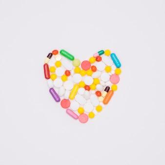 Vue de dessus de l'assortiment de pilules en forme de coeur