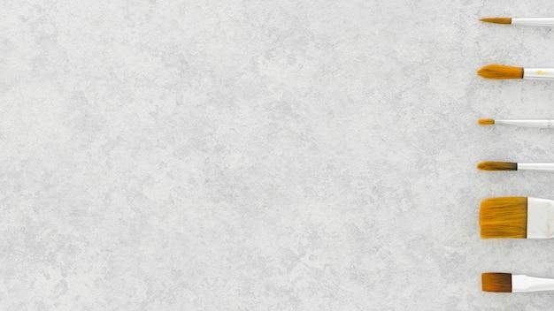 Vue de dessus assortiment de pinceaux avec espace copie