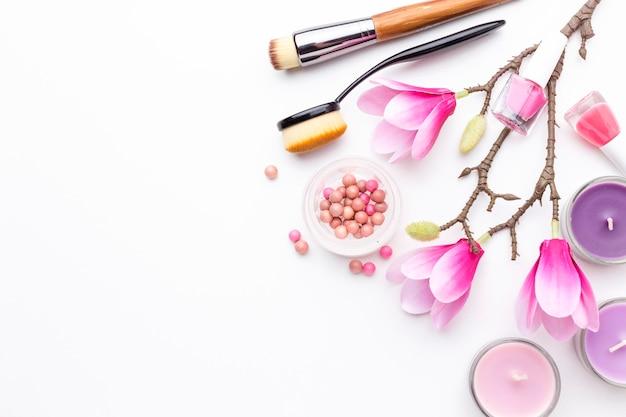 Vue de dessus assortiment de produits de beauté avec espace copie