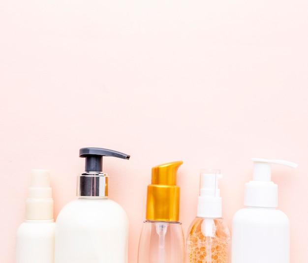 Vue de dessus assortiment de produits cosmétiques avec espace copie