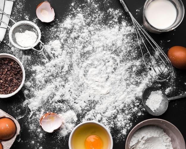 Vue de dessus assortiment de produits de cuisson sur la table