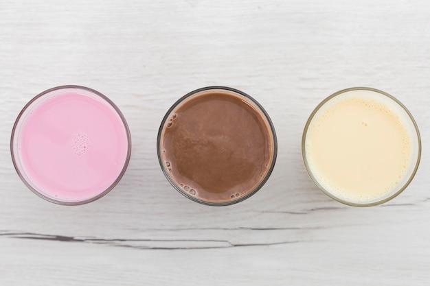 Vue de dessus de l'assortiment de smoothies