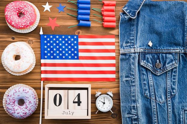 Vue de dessus des attributs de la fête de l'indépendance américaine