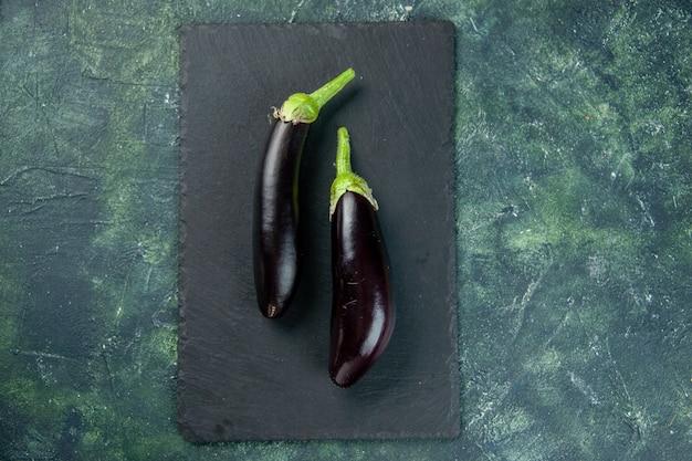 Vue de dessus aubergine noire sur fond sombre nourriture couleur des repas frais salade mûre légumes