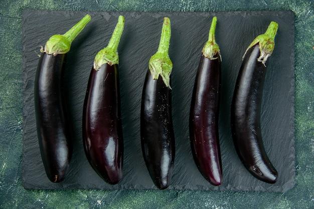 Vue de dessus aubergines noires sur la surface sombre des aliments de couleur fraîche salade mûre repas de légumes