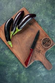 Vue de dessus aubergines noires sur la surface sombre couleur salade mûre nourriture dîner repas frais