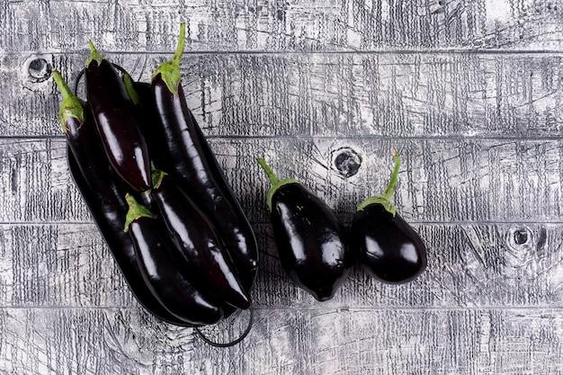 Vue de dessus d'aubergines en pot et à proximité. horizontal