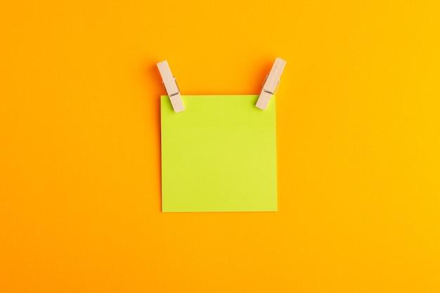 Vue de dessus autocollant vert vide sur la surface orange