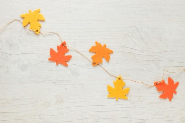 Vue de dessus automne feuilles ornements sur ficelle