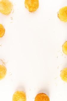 Une vue de dessus autour de délicieux gâteaux sucrés savoureux cuits formés rond isolé sur fond blanc confiserie de sucre sucré