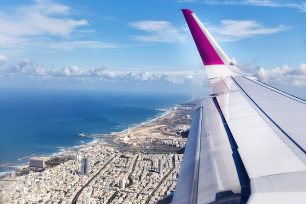 Vue de dessus de l'avion à l'atterrissage.