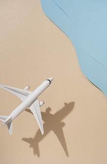 Vue de dessus de l'avion sur la plage et la mer