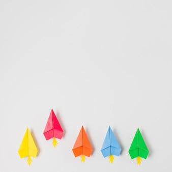 Vue de dessus des avions en papier coloré