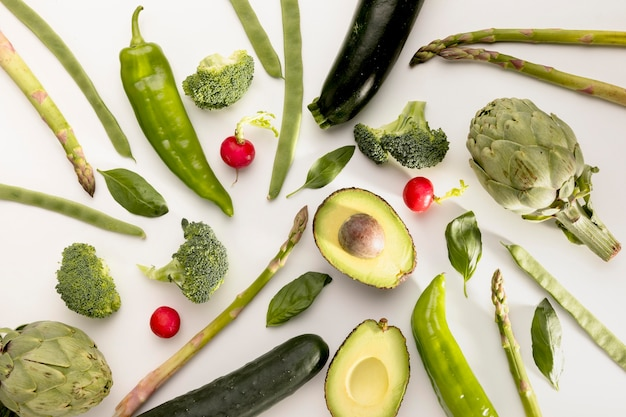 Vue de dessus de l'avocat avec d'autres légumes