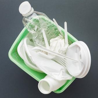 Vue de dessus bac avec déchets plastiques
