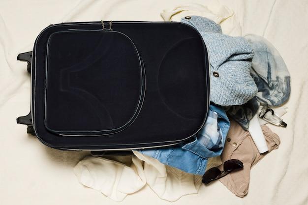 Vue de dessus bagages et vêtements de voyage