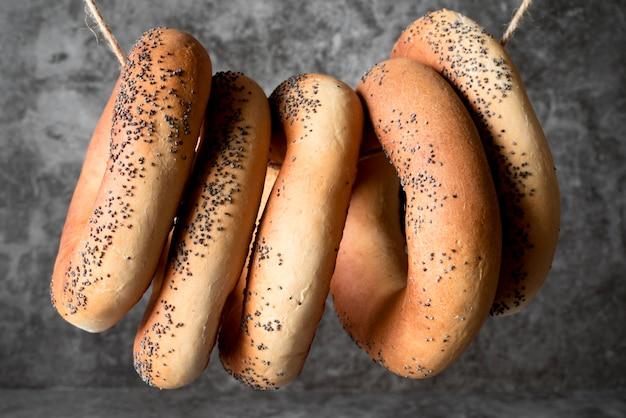 Vue de dessus des bagels aux graines de pavot sur chaîne