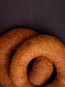 Vue de dessus des bagels turcs au sésame sur fond marron avec copie espace
