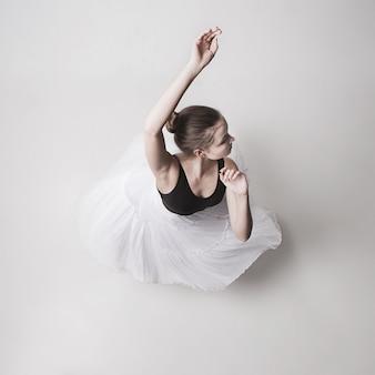 La vue de dessus de la ballerine adolescente sur l'espace blanc