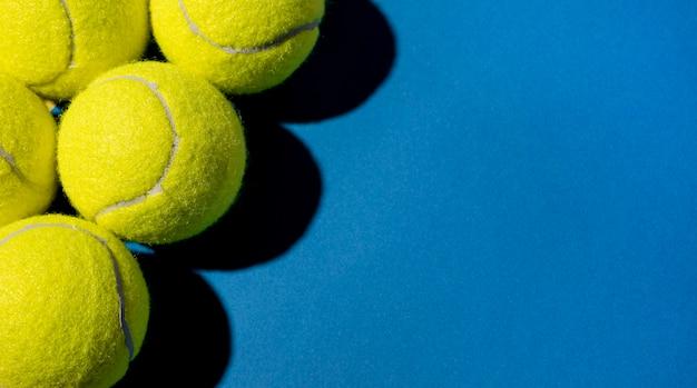 Vue de dessus des balles de tennis avec espace copie