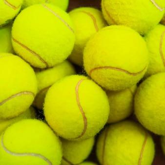 Vue de dessus de balles de tennis vert