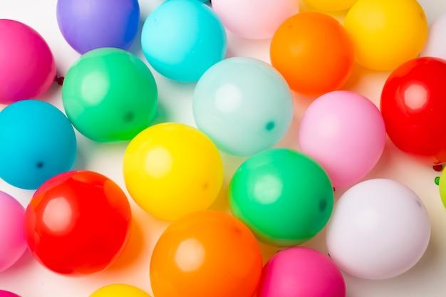 Vue de dessus de ballons colorés