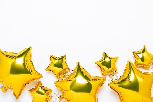 Vue de dessus de ballons dorés en forme d'étoile