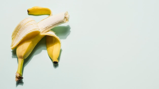 Vue de dessus de banane biologique avec espace copie
