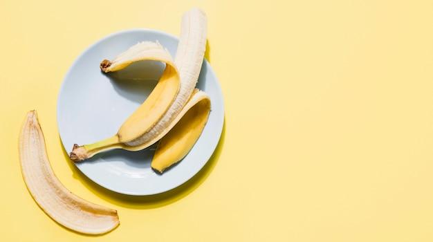 Vue de dessus de banane biologique sur une plaque