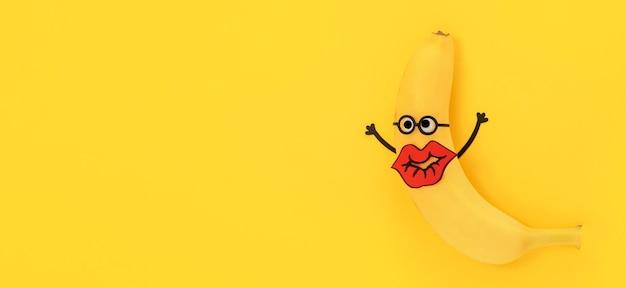 Vue de dessus banane avec de grandes lèvres