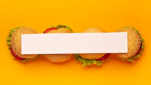 Vue de dessus de la bande blanche sur les hamburgers