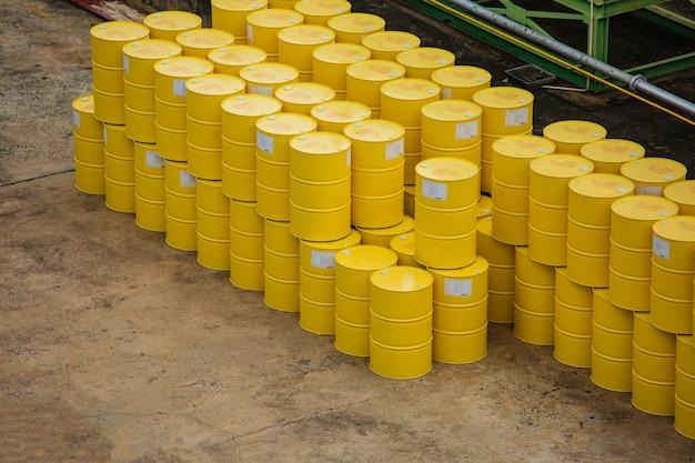 Vue de dessus des barils de pétrole bleus ou des fûts chimiques empilés verticalement