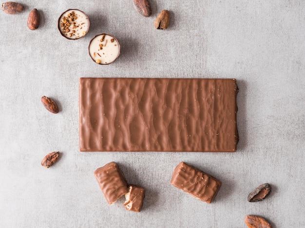 Vue de dessus barre de chocolat et bonbons