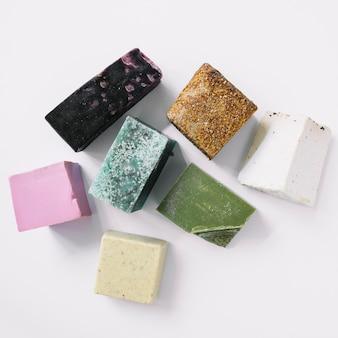 Vue de dessus des barres de savon colorées sur fond blanc