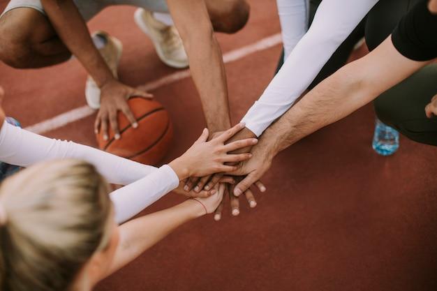Vue dessus, de, basket-ball, équipe, tenant mains, sur, cour
