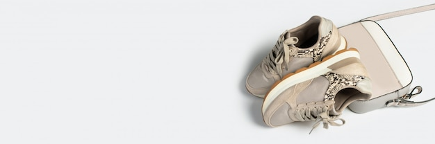 Vue de dessus des baskets pour femmes avec lacets et sac bandoulière