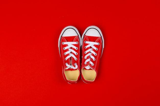 Vue de dessus des baskets rouges gros plan sur le rouge