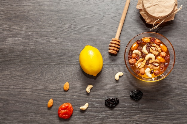 Vue de dessus bâton de miel et un bol de noix