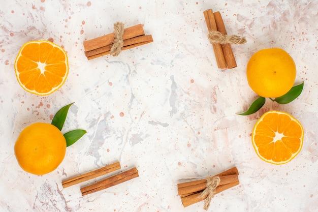 Vue de dessus bâtons de cannelle de mandarines fraîches sur l'espace libre de surface isolée lumineuse