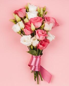 Vue de dessus beau bouquet de roses avec ruban rose