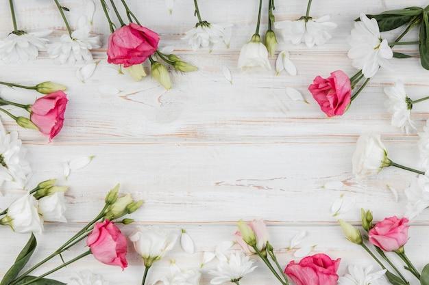 Vue de dessus beau cadre de fleurs de printemps