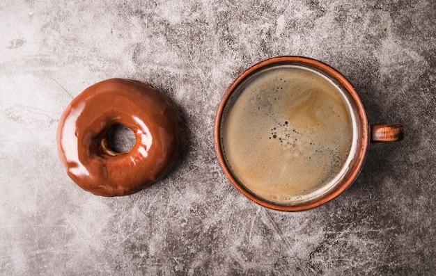 Vue de dessus beignet avec café