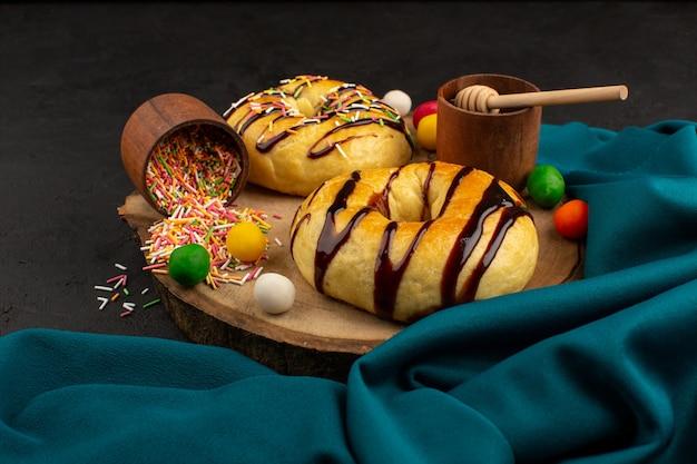 Vue de dessus des beignets au chocolat sur le bureau sombre