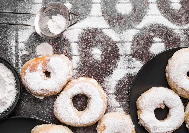 Vue de dessus des beignets avec du sucre en poudre