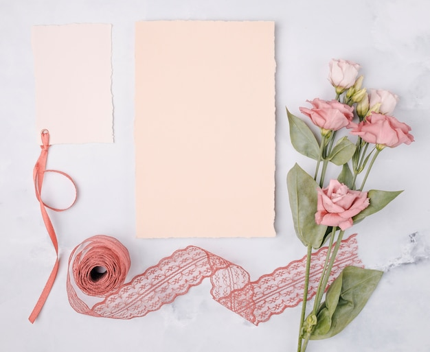 Vue de dessus bel arrangement avec des invitations de mariage et des fleurs