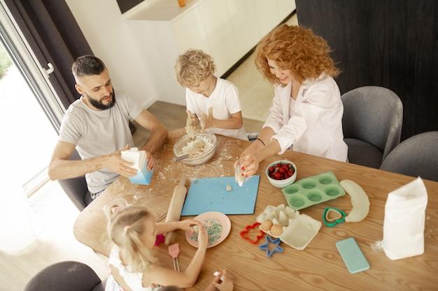 Vue de dessus d'une belle famille heureuse avec enfants