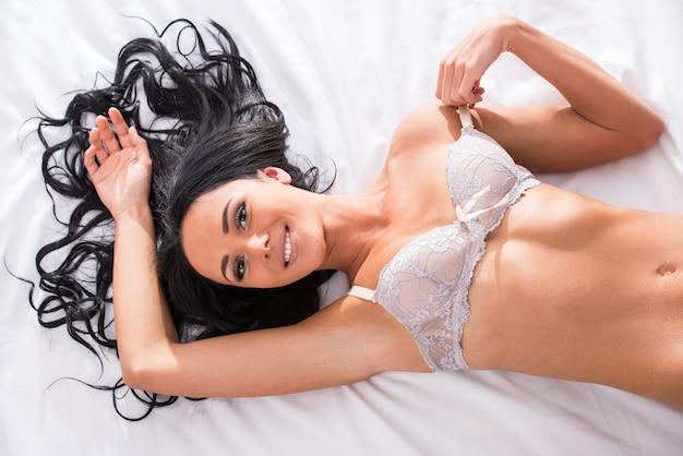 Vue de dessus de belle jeune femme avec un corps parfait.